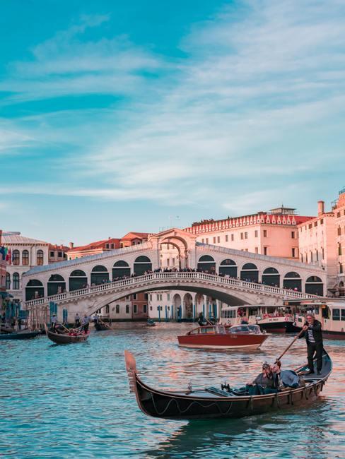Venetie Gondel in het water voor Italiaanse brug
