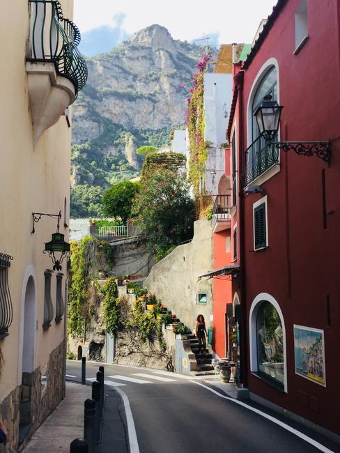 Landweg in de bergen tussen twee huizen in Italie