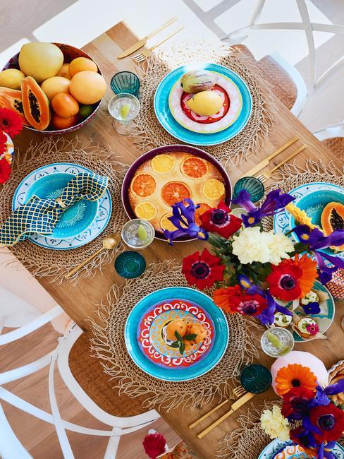Eethoek met kleurrijke serviesset