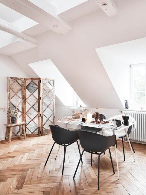 Moderne eethoek in woonkamer in wit met zwarte stoelen