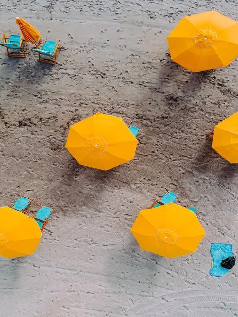 Gele parasols van boven gefotografeerd op het strand
