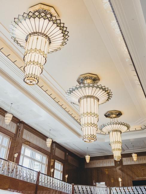 Wit plafond met drie ronde kroonluchters in moderene strakke vorm