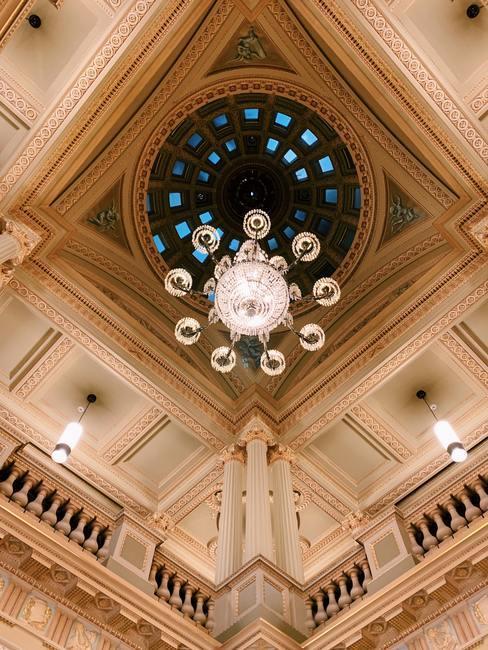Plafond met vlakverdeling en kroonluchter in het midden