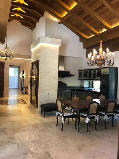 Keuken met marmeren vloer en barokstijl eettafel met stoelen en kroonluchter