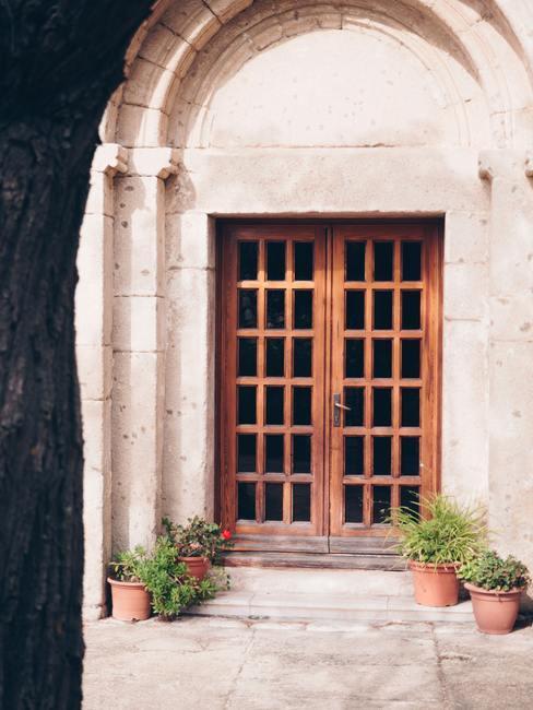 Oud bruin huis met houten openslaande deur