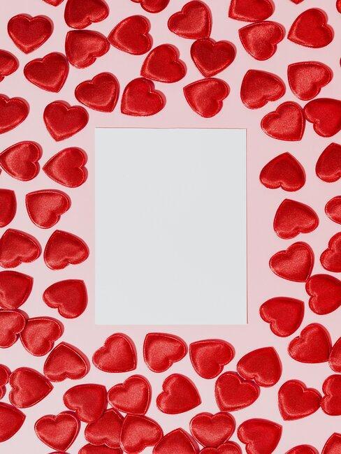 Valentijnskaart omringd met rode rozen