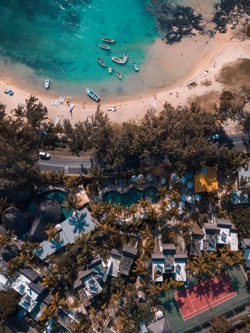 stad met een strand aan de zee
