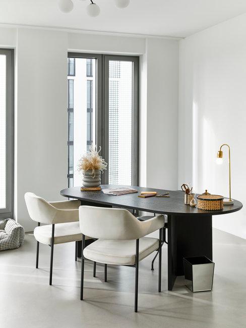 zwarte clean desk met beige stoelen
