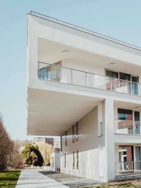 Wit huis isoleren met strakke vormen