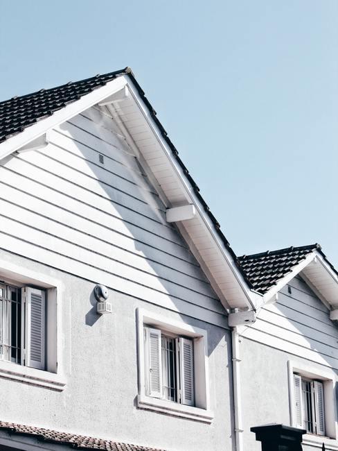 Wit huis met houten witte planken