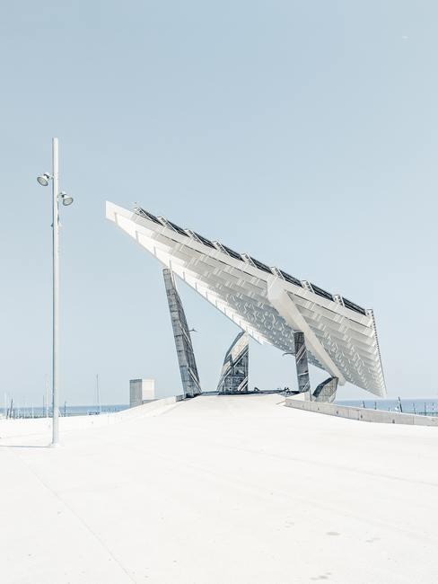 rij met zonnenpanelen met ijzeren steunpalen