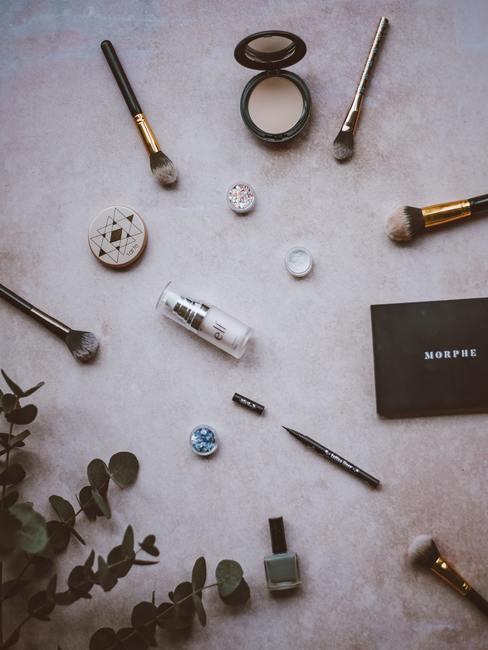 Paarse marmeren achtergrond met pensleen en make up