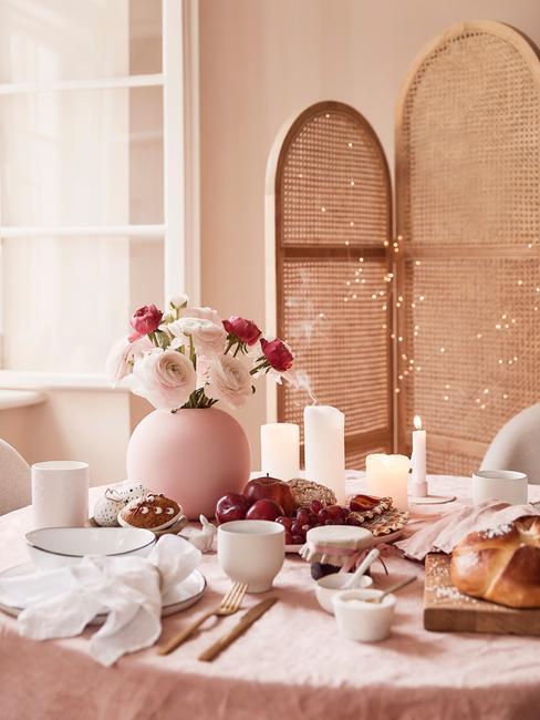 Paastafel in landelijke stijl in roze, rotan kamerschem