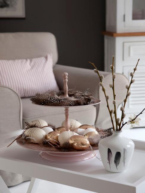 Paasdecoratie in de woonkamer in beige
