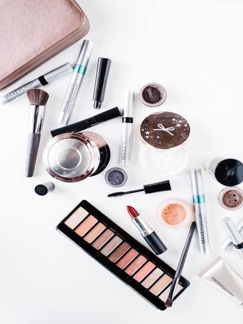 Witte achtergrond met make up