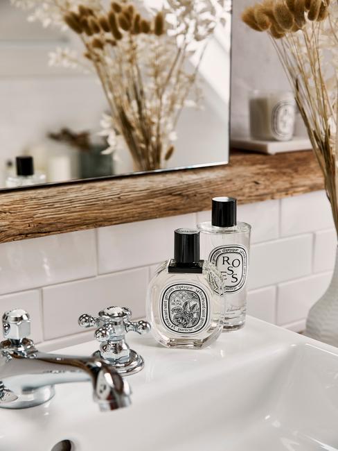 witte badkamer met een houten plank en zeep
