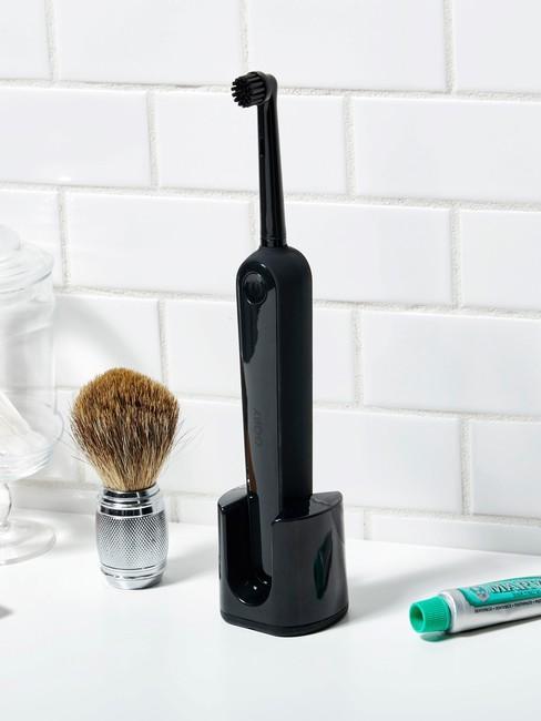 tandenwittermaken met een zwarte tandenborstel