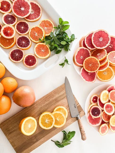 houten plank met fruit en hapjes
