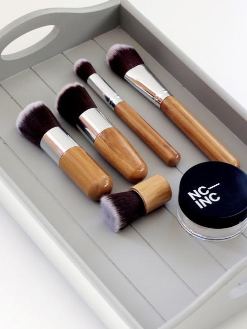 grijze make up organizer met kwasten
