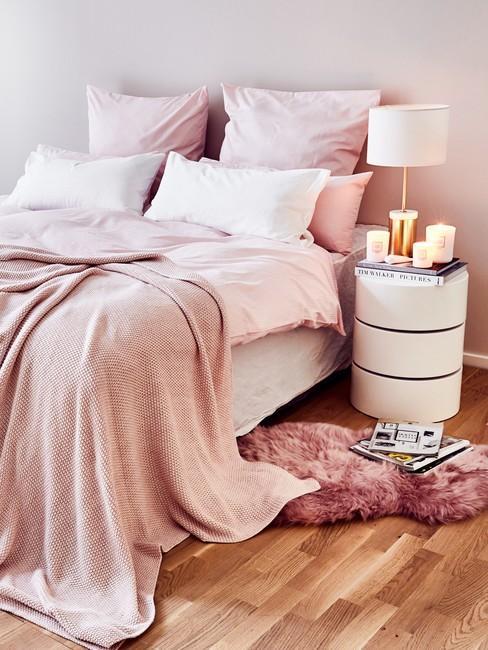 roze gewassen dekbed met een wit nachtkastje