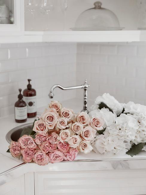 Romantische roze roze op een wit aanrechtblad