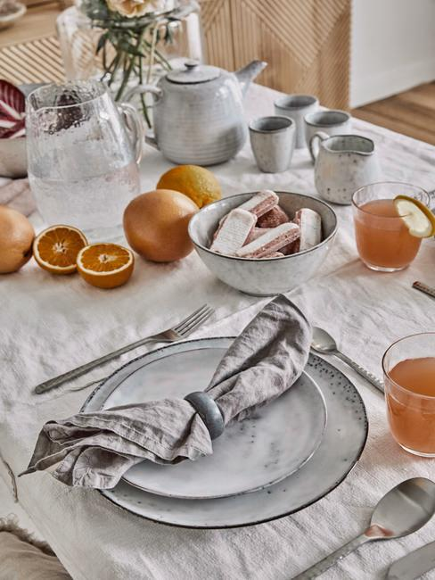 Romantisch diner met grijs servies