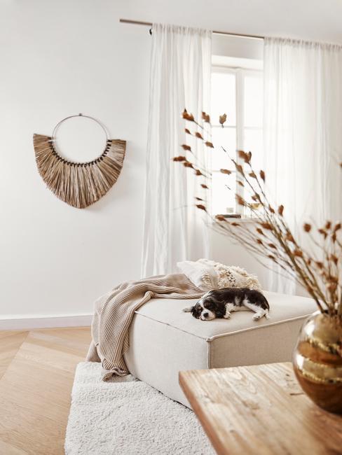 lichte beige woonkamer met houten tafel en beige bank