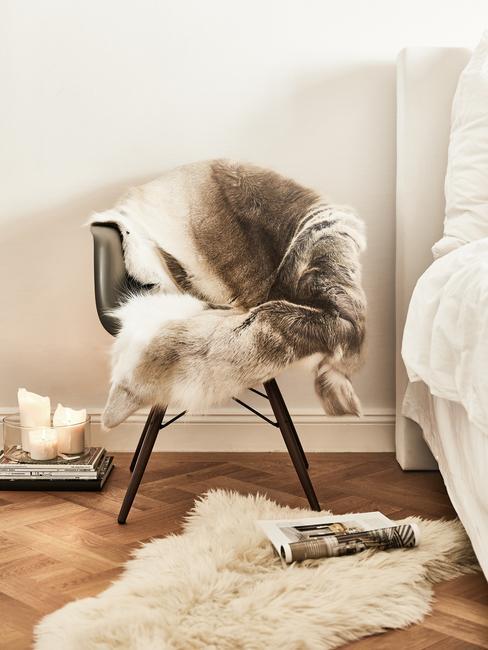 grijze stoelen met aaibaar kleed