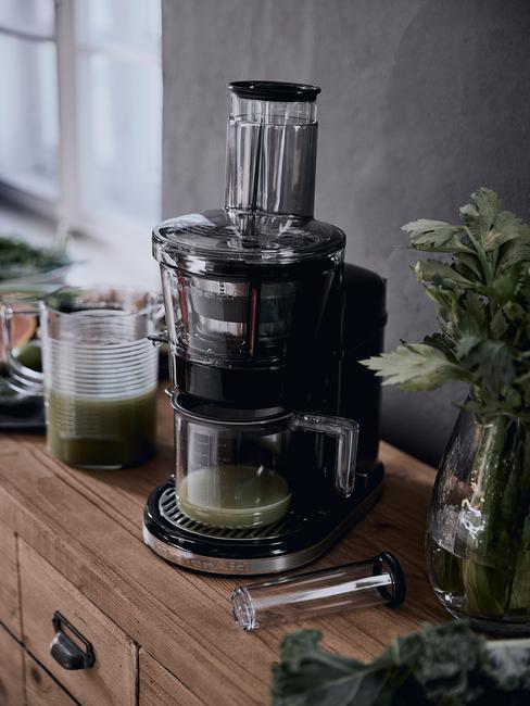 close-up shaker met groene shake