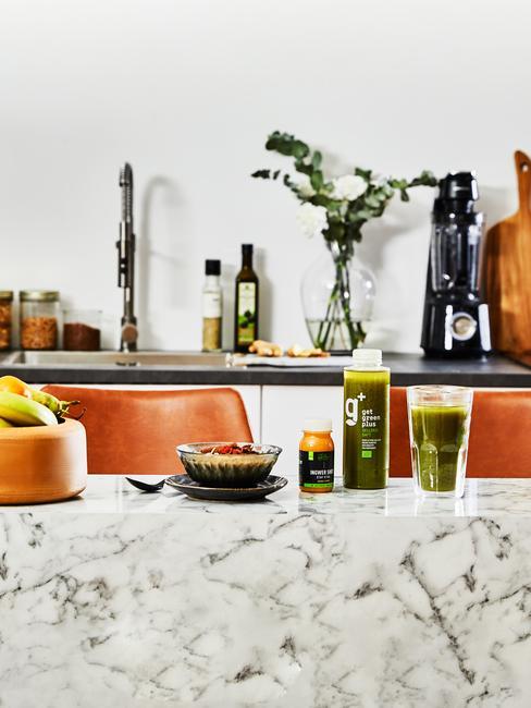 Marmeren keukenblad met fruit en shakes