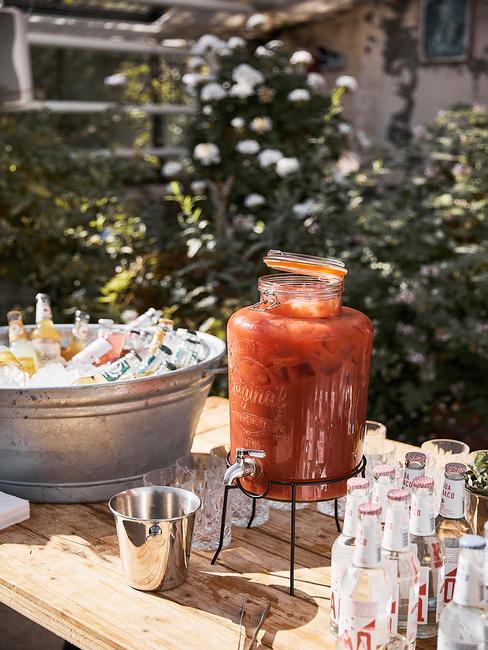 Close-up zomer feestje met drankdispenser en ijsemmer vol drank