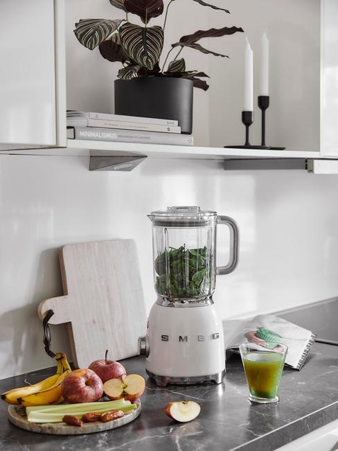 Close-up smeg mixer op keukenblad met houten plank en fruit