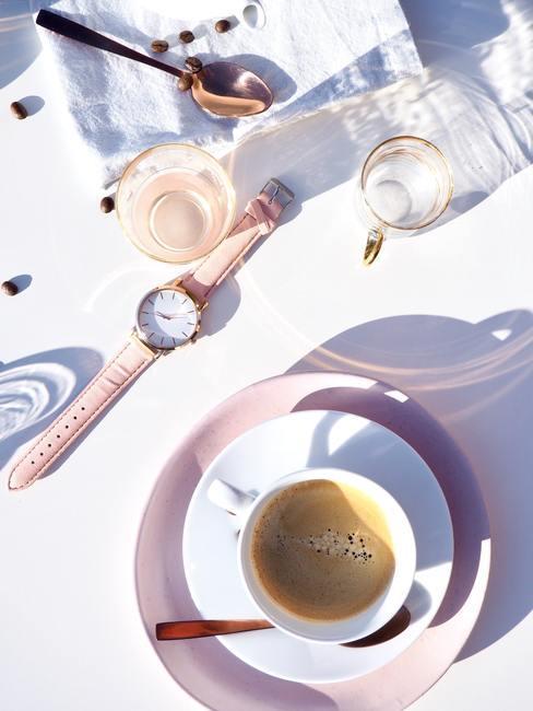 time management met een roze horloge en een kop koffie