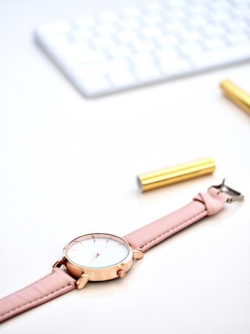 time management met een roze met gouden horloge