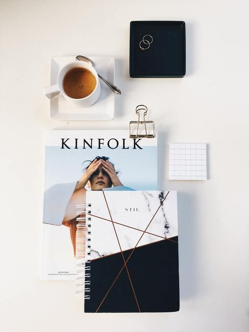 time management met een agenda en een kop koffie