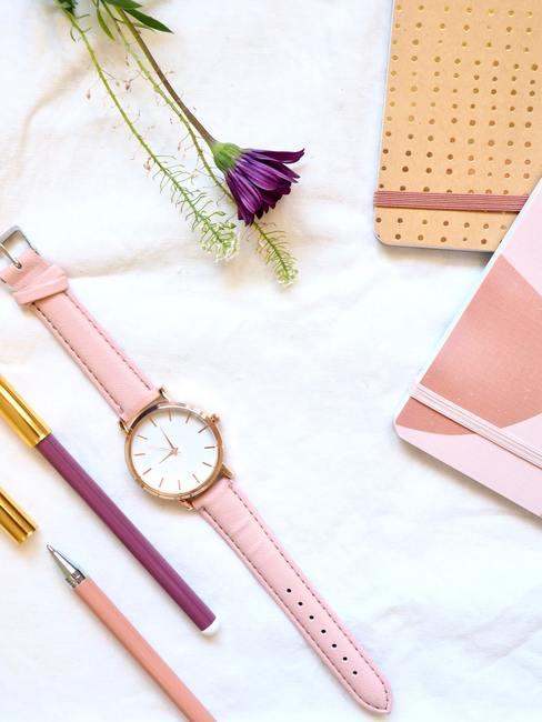 time management met een roze horloge met notitieboekjes