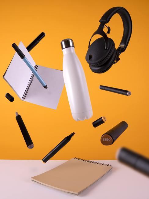 time management met notitieblokjes en koptelefoon