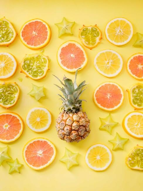 fruit stukken met een ananas in het midden