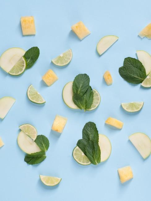limoen, citroen en munt op een blauwe achtergrond