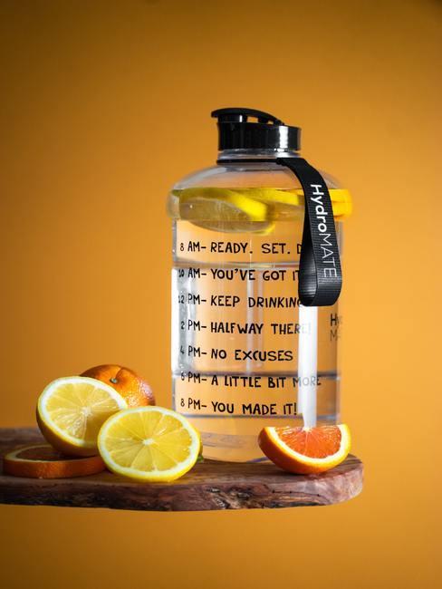 grote fles water met citroen