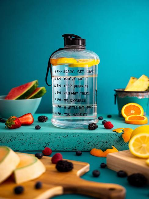 fruit rond om een water fles