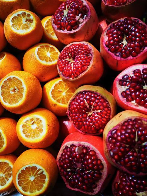 rood fruit en sinaasappels