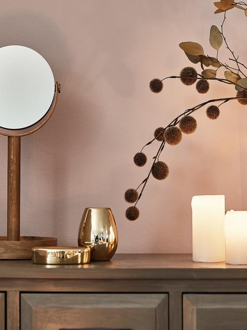 Aromatherapie met geurkaarsen en ronde gouden spiegel