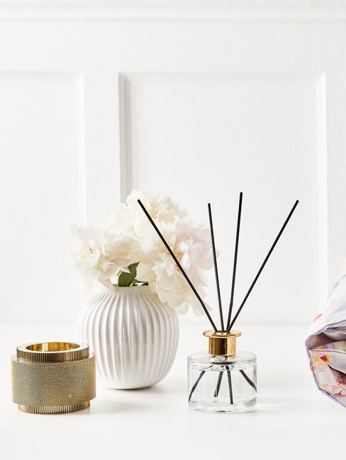 Aromatherapie met geurstokjes en een witte vaas