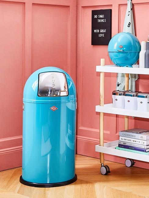Leven Zonder Afval met een blauwe prullenbak tegen een rode muur