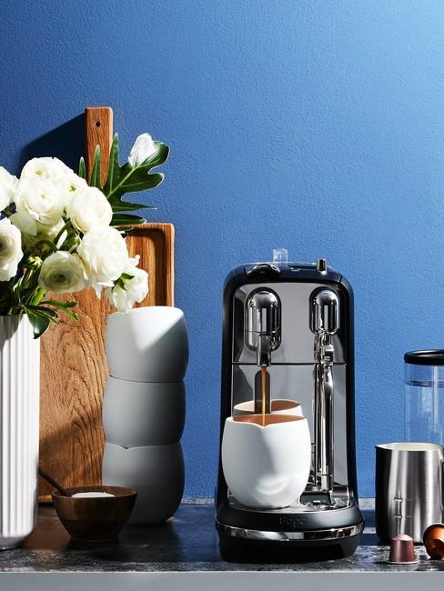 Blauwe Keuken Achterwand met een koffiezetapparaat