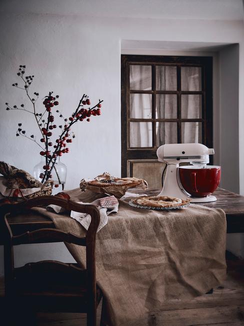 Landelijke Keuken met een houten tafel en toupe tafelkleed