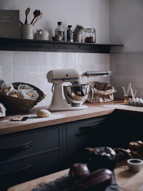 donkere Landelijke Keuken met witte mixer
