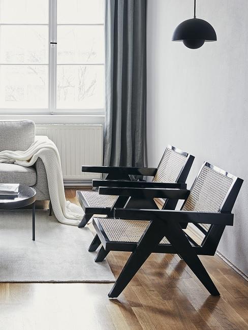 zwarte houten stoelen in een modern interieur