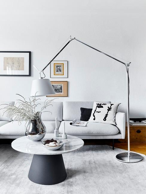 grijze bank met een marmere bijzettafel in een modern interieur